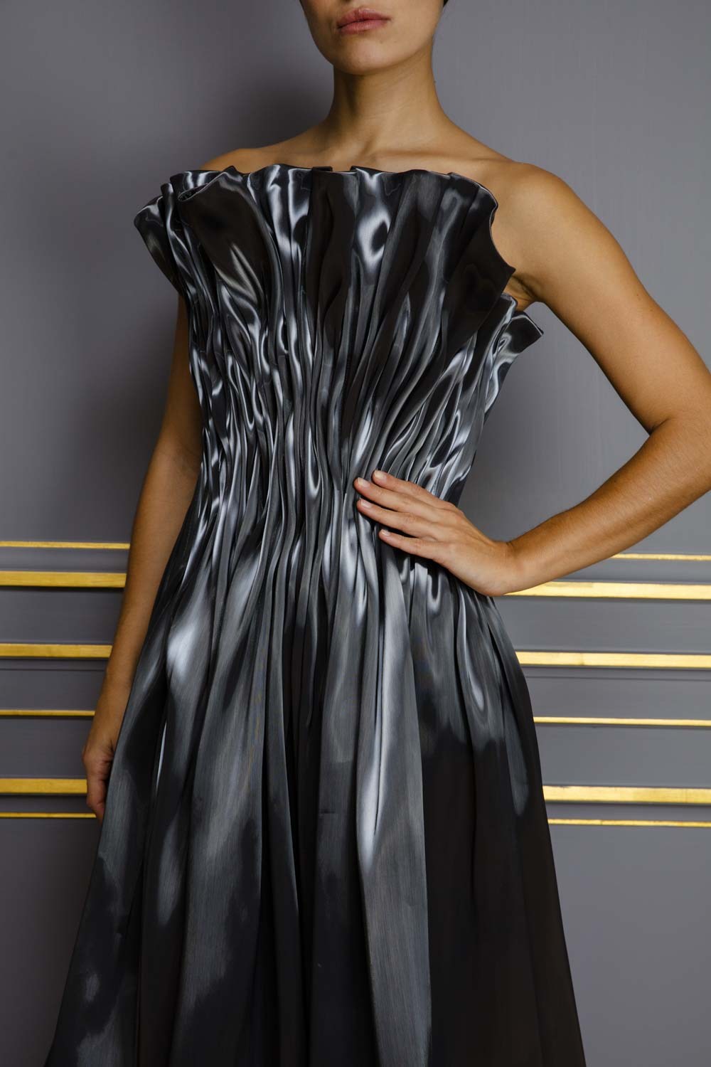 Free-flowing liquid gown in anthracite grey